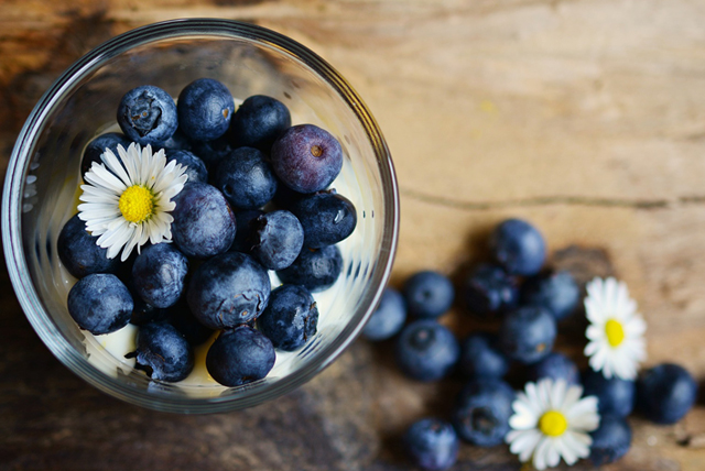 Çilek: Çilek de hem benim sevdiğim meyveler listesinde olan, hem de danışanlarıma önerdiğim meyvelerden biri. En önemli özelliklerinden biri kan şekeri dengesini korumaya yardımcı olması. Buna ek olarak sindirim sistemini düzenler, iltihaplanmayı önler, iyi bir antioksidandır. Kilo vermek ve kilo korumak konusunda en önemli özelliği ise içerdiği lif sayesinde tokluk hissi vermesi, yağ yaktırması, özellikle göbek yağları konusunda etkili olması. Kilo korumak için etkili olan sağlıklı atıştırmalıklar arasında yer alanlardan biri de işte bu güzel renkli ve güzel kokulu meyve. NE KADAR YİYEBİLİRİZ? Gün içinde bir su bardağını ölçü alarak, bu bardağın dolusu çilek yiyebilirsiniz.