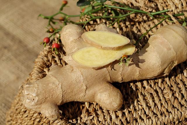 Vücudu toksinlerden temizleyen limon, zencefil ve elmalı detoks içeceği